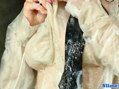 Bukkake täckt babe pussyrubs på gloryhole