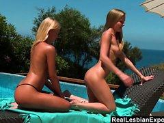 Poolside Pussy toiminta nuoren blondi Lesbien kanssa