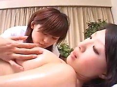 Bella bambina giapponese viene adempita sessualmente da una lesbia
