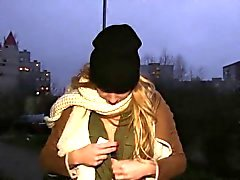 Raha ratkaisee että blondi Chrissy kettu kuten hänen hoitelee ulkotiloissa