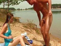 Tiener kutje genageld op het strand