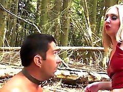 BDSM skog action med brittisk femdom milf