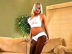 Blonden gegerbt ungezogen Engel ihre Beine spreizt