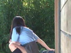 Japanische Mädchen und ein Mann ihre nasse haarige Muschi fingern