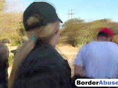 Kaksi kiimainen maahanmuuttaja- pienille lapsille saa munaa rajalle