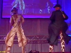 Flexi lesbische Milf Show auf der Bühne