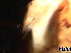 Stygga kycklingar dansar runt polen