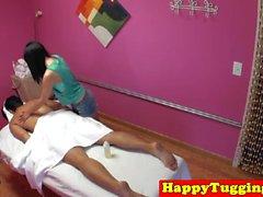 Masajista asiático que empurra o cliente na spycam