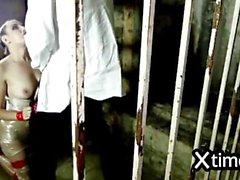 Filles enlevées dans la prison d'esclavage et de sexe 01