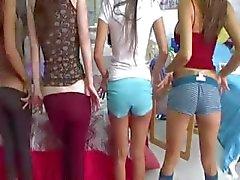 Twee jonge college meisjes genieten lullen