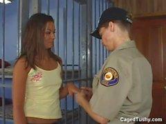 Elle a été arrêtée par un policier tout en obtenant une pédicure