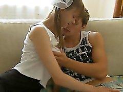 Grossi seni cazzo teen sul letto insieme ai genitori