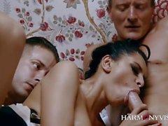 Upea Kira Queen käyttää kahta miestä miellyttävän