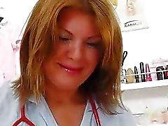 Зрелая телка брюнетки веселились в UNI практикующей медсестрой