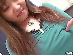 Yeşil renkli boğucu bir Haruka Ohsawa ona kesilmiş burç gösteriş için elbisesinin ayağa çeker ve yumruklanmasi edilir