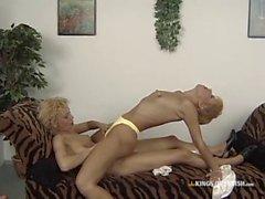 Hot Blonde Lesben in Fersen essen Muschi