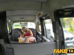 Поддельные такси бисерная блондинка сосет член в такси
