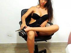 Topprankad brunett camgirl fullt leksaker webbkamera show