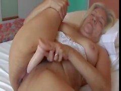 Blonde alte Dame mit geilen Titten fickt eine Gummi- Dildo Videos