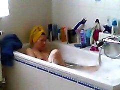 Vakoilemassa äidilleni höyläämään hänen pussy bath