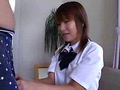 Atractiva colegiala japonesa le encanta burlarse y complacer a