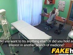 Reportero de Fake Hospital Sexy llega al punto con mamada y sexo duro
