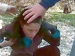 Twee jongens pist op sexy meisje