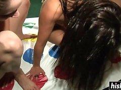 Сексуальные девушки любят играть в твистер голого