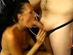 Harika bir eşek ile amatör azgın büyük bir penis emmek ve lanet seviyor
