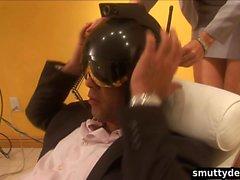 Guy entra nel VR di guardare di fantasia lesbica