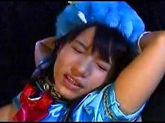 Supergirl japonesa mascarada em um traje azul sexy se acostuma
