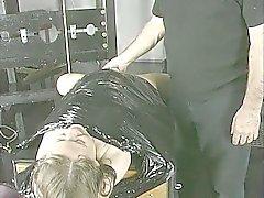 Hana - loving ruskeaverikkö hymyilee kun hän on sidottu , esti Andreassenia puhumasta , ja hänen nänni kiristetään .