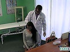 Брюнетка милашка запускается на ее врач трахаться в поддельных госпиталь