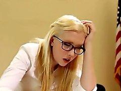 Dana Vespoli versohlt ein süßer blondes Schulmädchens Samanthas Rohe