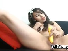 Latina à l'aide de son jouet