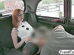 Расширенные грудь любительское Redhead шлюха пригвожден за проезде на такси