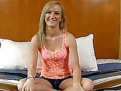 Firm cul teen blonde faut de l'argent supplémentaire afin qu'elle baise pour elle