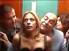 Le mete punteada uno rubia tetona en el ascensor