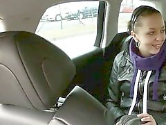 Любительский Biatch doggied на заднем сиденье на число извращенца водителя