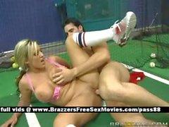 Vollbusigen nackte blonde Schlampe auf einem Tennisgericht bekommt ihre Pussy hart abgefickt