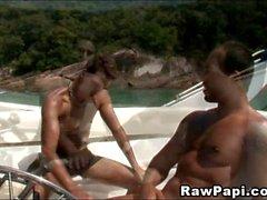 Latino Hardcore Cock montar en un barco