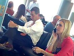 openhartige benen op de luchthaven