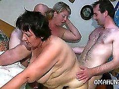 Geile Mom liebt lesbischen Spaß im Bett