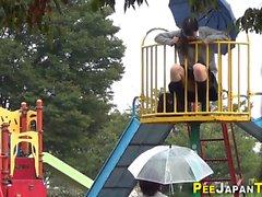 Asiaten pissen in Spielpark
