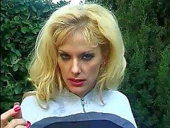 Sexy blonde met mooie naturals blaast harde & zwaluwen