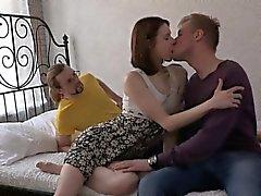 Peituda hotty adolescente está em várias posições de durante o acto sexual selvagens