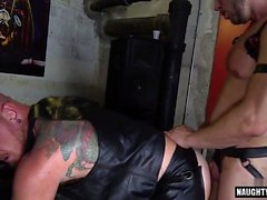 Hairy anal gay rimming con corrida