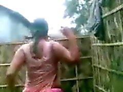 HUGE Boobs Indische Aunty 's tonen tijdens het baden