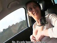 Любительское подростковых Люсии вспыхивает её сиськи и ввернул в машине