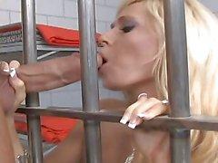De MILF blonds baisez a robinet dur de prison